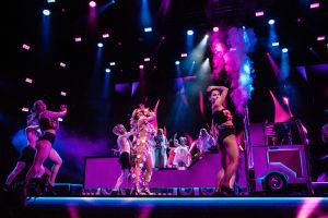 Krista Siegfrids esittää Love Paradisen Logomon lavalla rekan edessä