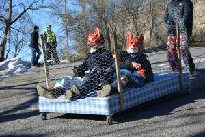 En pulka från studenternas fastlagstisdagsåk föreställandes en rävfarm.