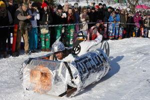 En pulka från studenternas fastlagstisdagsåk föreställandes något slags atomdrivet fordon i folie.