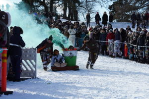En pulka från studenternas fastlagstisdagsåk föreställandes en apa med en brinnande soptunna.
