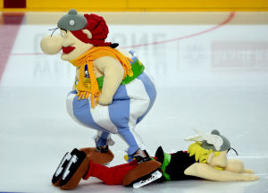 Asterix ja Obelix -hahmot luistelivat 2017 Jääkiekon MM-kisojen maskotteina