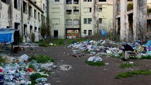 Turvapaikanhakija tehtaan sisäpihalla roskien seassa