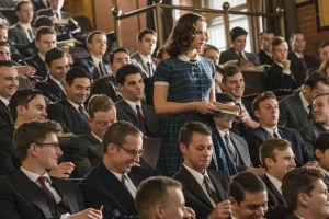 Nuori lainopiskelija Ruth Bader Ginsberg miesopiskelijoiden keskellä, elokuvassa Oikeuden puolesta.