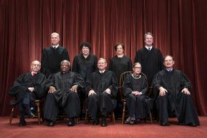 Ryhmäkuva Yhdysvaltain korkeimman oikeuden jäsenistä.