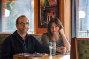 Kuva Private Life -elokuvasta. Pöydässä istuvat Paul Giamatti ja Kathryn Hahn.
