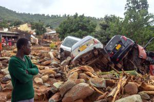 Bilar som spolats av vägen i östra Zimbabwe av cyklonen Idai.