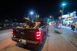 En pickup lastad med en mängd elskotrar, under natten i Austin i Texas.