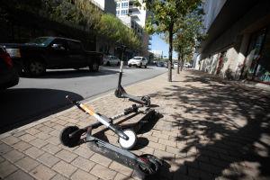 Sparkcyklar ligger på en trottoar i Austin i Texas.