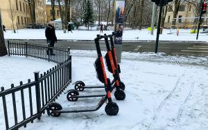 Sparkcyklar på en snötäckt trottoar