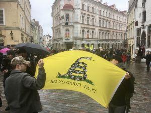 Motdemonstranter har ställt sig så att de syns tydligt av demonstranterna under en demonstration mot de estniska regeringsförhandlingarna i Tallinns Gamla stad.