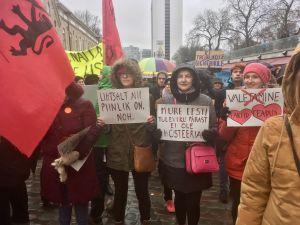 """Demonstration i Estland med fyra olika plakat; """"Det här är så pinsamt, noh"""", """"Oro över Estlands framtid är inte hysteri"""", """"Nej till en bakåtsträvande diktatur"""" och """"Lögner - nej, fakta och vetenskap - kärlek""""."""