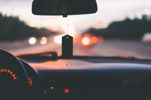 auton ohjaamosta käsin otettu kuva