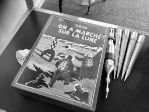 En ask med en bild på omslaget till det Tintin-album som handlar om resan till månen.