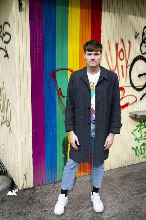Eino Nurmisto seisoo sateenkaarimaalatun kopin edustalla.