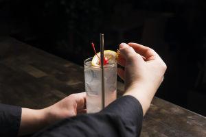 bartender gör drink.
