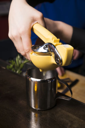 bartender pressar citron