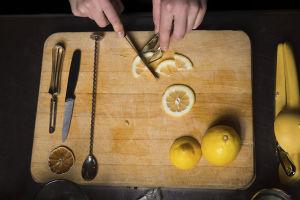 Bartender skär citron.