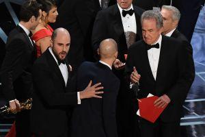 La La Land-producenten Jordan Horowitz (t.v.) firar med skådespelaren Warren Beatty (t.h.) efter att Beatty korade La la land till bästa film trots att Moonlight var vinnaren.