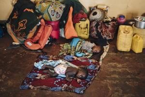 Pikkulapset nukkuvat hätämajoituskeskuksen lattialla Buzin kylässä Mosambikissa.