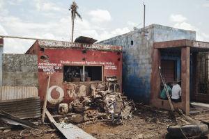 Hirmumyrsky Idain tuhoja kylänraitilla.