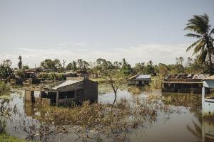 Hirmumyrsky Idain seurauksena tulvinut kylä Mosambikissa.