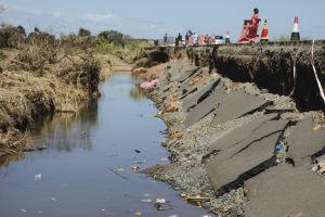 Hirmumyrsky Idain seurauksensa romahtanut tie Mosambikissa.