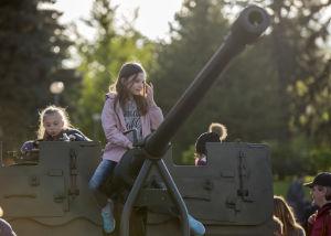 Barn leker med en kanon utanför ett militärmuseum i Moldavien, Segerdagen till ära.