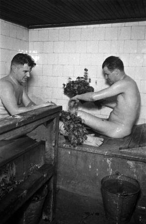 Elannon sauna. Helsinginkatu 2. Kaksi miestä saunomassa.