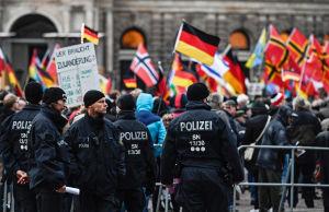 Maahanmuuttoa vastustava Pegida liike osoittaa mieltään Dresdenissä. Poliiseja paikalla.