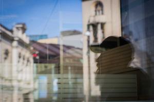 Reflektion av Sami Koivisto från ett fönster på Mannerhemsvägen, Helsingfors.