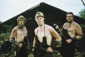 Kolme seppää, keskellä näyttelijä Vesa-Matti Loiri seppä Ilmarin roolissa Rauta-aika tv-sarjassa.