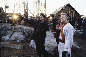 Ohjaaja Kalle Holmberg ohjaa näyttelijä Vesa-Matti Loiria tv-sarja Rauta-ajan kuvauksissa.
