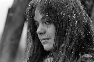 Mustavalkoinen valokuva näyttelijä Lena Meriläisestä Pohjolan tyttären roolissa tv-sarjassa Rauta-aika.