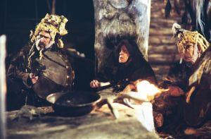 Shamaaneja Pohjolan häät -kohtauksessa tv-sarjassa Rauta-aika. Avustajia soittamassa shamaanirumpua, keskellä professori Erkki Ala-Könni shamaanin rooliasussa.