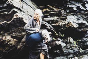 Näyttelijä Soli Labbart roolissaan Lemmingin äitinä tv-sarjassa Rauta-aika. Lemmingin äiti kantaa Lemmingin päätä, jonka on löytänyt Tuonelan joesta.