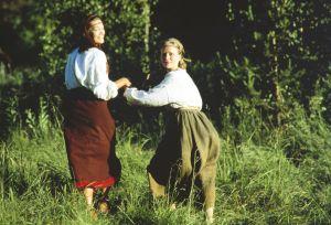 Näyttelijät Elle Kull roolissaan Kyllikkinä ja Kaija Pakarinen rooleissaan Lemmingin sisko Ainikkina tv-sarjassa Rauta-aika.