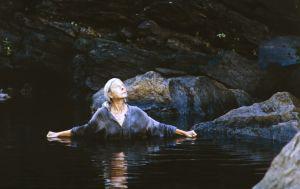 Näyttelijä Soli Labbart roolissaan Lemmingin äitinä tv-sarjassa Rauta-aika. Lemmingin äiti seisoo vedessä.