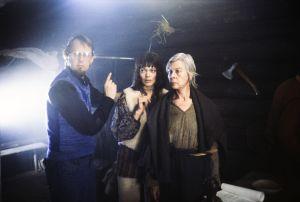 Ohjaaja Kalle Holmberg ohjaa näyttelijöitä Elle Kull ja Soli Labbart heidän rooleissaan Kyllikkinä ja Lemmingin äitinä tv-sarjassa Rauta-aika.