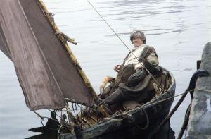 Näyttelijä Tom Wentzel Lemmingin roolissa tv-sarjassa Rauta-aika. Lemminki veneessä saapumassa saareen.