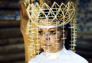 Näyttelijä Pirkko-Liisa Tikka morsiamen roolissa tv-sarjassa Rauta-aika. Morsiamella päässään oljista tehty päähine, kruunu.