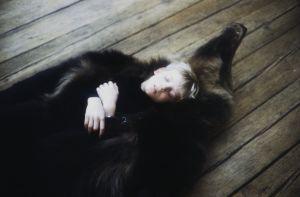 Karhua esittänyt avustaja Samppa Kapanen levähtää tv-sarja Rauta-ajan kuvauksissa. Pieni poika nukkuu karhun nahkan sisällä.