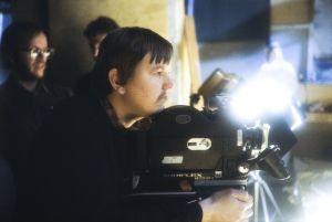 Kuvaussuunnittelija Timo Kapanen työssä kuvaamassa filmikameralla Rauta-aika tv-sarjaa.