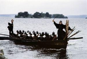 Näyttelijä Kristiina Halkola Pohjolan emäntänä tv-sarjassa Rauta-aika. Pohjolan emäntä seisoo veneessä.