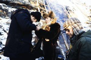 Rauta-aika tv-sarjaan musiikin säveltänyt säveltäjä Aulis Sallinen kuvauspaikalla. Ohjaaja Kalle Holmberg, Aulis Sallinen ja apulaisohjaaja Lauri Törhönen. Sallinen sytyttää Holmbergin sikaria.
