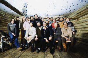 Rauta-ajan työryhmää yhteispotretissa. Työryhmää ja näyttelijöitä ryhmäkuvassa lavasteissa.