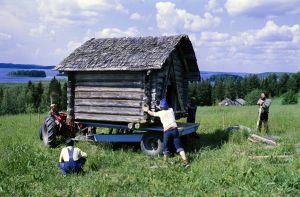 """Rauta-aika tv-sarjan lavasteita pystytetään Ilomantsin Siitarinvaaralle. Hirsisistä rakennuksista lavastettiin """"Kalevalainen kylä"""". """""""
