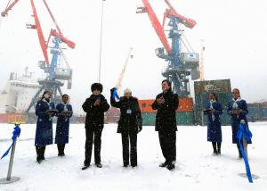 Nornickelin johtoryhmän jäsen Sergei Batekhin (C-L), Murmanskin kuvernööri Marina Kovtun (C) ja Venäjän liikenneministeri Viktor Olersky (C-R) osallistuviat Murmanskin kuljetusliikkeen (MTB) terminaalin toisen vaiheen avajaistilaisuuteen Venäjällä 2017