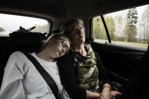 Kaksi henkilöä nukkuu autossa.