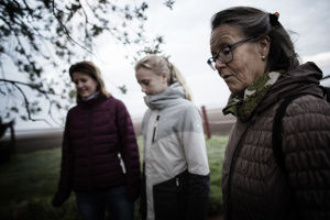 Naisia Levänluhdan lammen vieressä.