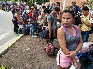 Venezuelaner som köar i Peru efter blanketter för en flyktingansökan.